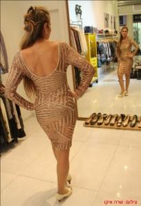 שמלת מיני בגוון ברונזה עם חיתוכים גיאומטריים- של קאלה נעלי סירה ותיק של קאלה.