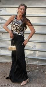 חצאית מקסי בשלוב חולצה שחורה מוזהבת מעל. חצאית- גילה לב                 חולצה- עלית קוטור   תיק- יבוא