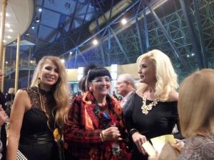אילנה ממן אימה של מור ממן מלכת היופי שלנו –בעבר מלכת היופי של באר שבע בשמלת מקסי צמודה וענק זהב מרשים.