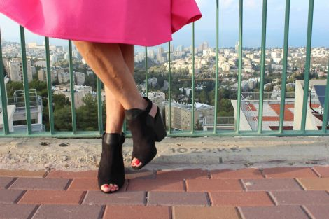 נעל-סנדל עם פתח איוורור בחזית ועקב מרובע - הולך נפלא בכל העונות ויחסית נוח